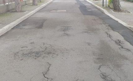 matera,-manto-stradale-in-pessime-condizioni-e-pericoloso,-con-numerosi-dossi-e-cunette-in-prossimita-del-parco-del-castello-tramontano