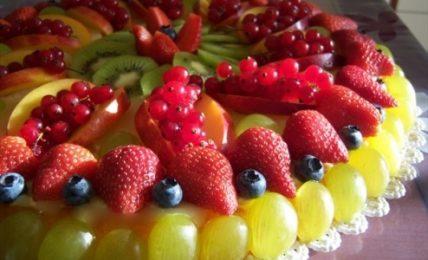 torta-di-frutta-fresca-senza-pasta-frolla,-colorata,-leggera-e-senza-latticini:-la-ricetta-super-facile-e-light
