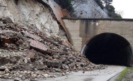 orsara,-crolla-muro-di-contenimento-sulla-statale-90