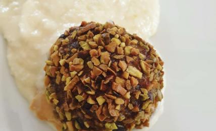 polpette-di-mortadella-ricoperte-di-granella-e-immerse-nella-crema-di-formaggio