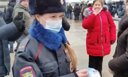 poliziotta-russa-dona-mascherine-ai-giovani-manifestanti-durante-le-proteste-a-mosca