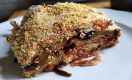 finta-parmigiana-di-melanzane,-con-una-crosta-croccante-e-morbida-all'interno,-gustosa-e-veloce-da-preparare-senza-friggere-nulla