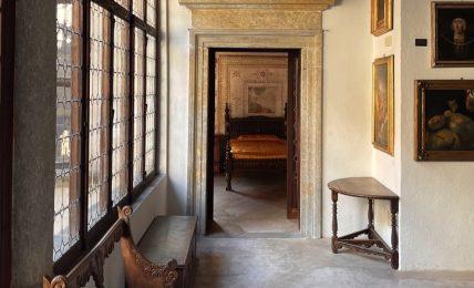 in-un-palazzo-del-'500,-tra-decorazioni-naturali-e-interni-misteriosi