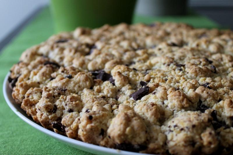 cookie-gigante,-il-goloso-biscotto-con-gocce-di-cioccolato-diventa-una-torta.-bastano-3-ingredienti-e-pochi-minuti