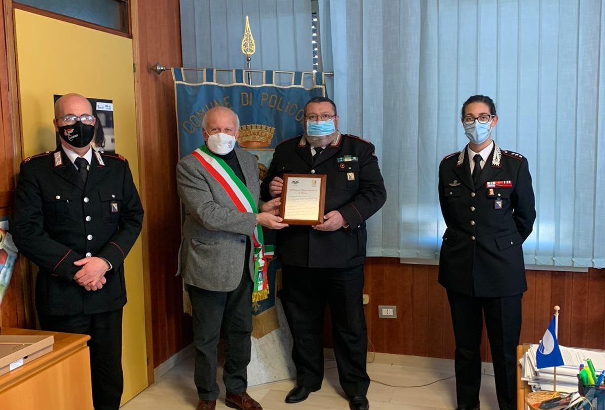 covid-19-–-mascia-consegna-la-targa-al-comando-stazione-carabinieri-per-l'impegno-alla-lotta-alla-pandemia