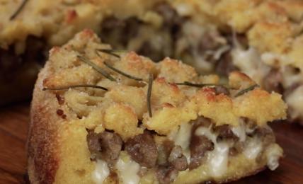sbriciolata-patate-salsiccia-e-provola,-una-goduria-da-preparare-per-una-cena-veloce.-ecco-il-segreto-per-farla-croccante-fuori-e-super-filante-e-cremosa-dentro