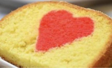 plumecake-di-san-valentino-con-cuore-a-sorpresa:-il-trucco-super-facile-per-creare-all'interno-un-morbido-cuore-rosso