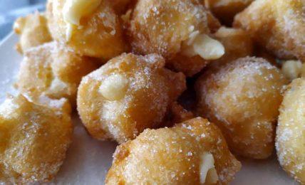 sgonfietti-fritti-alla-crema-pasticcera,-gli-irresistibili-dolci-di-carnevale-della-tradizione-emiliana.-una-esplosione-di-gusto-ad-ogni-morso
