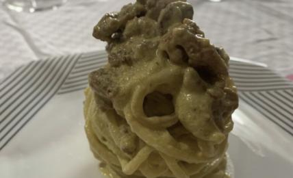 spaghetti-crema-di-fiori-di-zucca,-ricotta-e-salsiccia.-un-primo-goloso-e-super-cremoso-per-un-pranzo-speciale