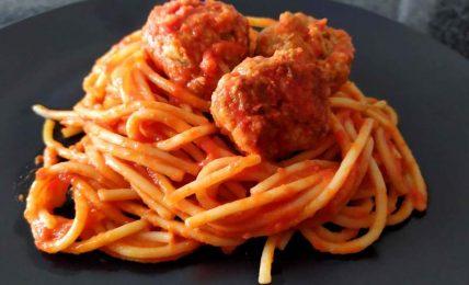 spaghetti-con-polpette-di-carne,-il-famoso-piatto-di-pasta-italo-americana:-come-rendere-il-sugo-cremoso-ed-avvolgente