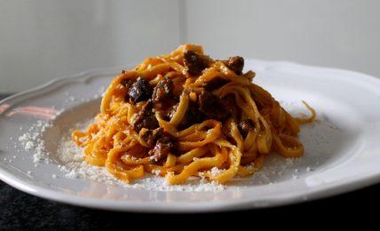 tagliolini-al-ragu,-il-tocco-gustoso-per-renderlo-piu-leggero-di-quello-tradizionale