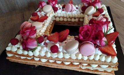cream-tarte-millefoglie,-buonissima,-con-una-splendida-decorazione-sulle-tonalita-del-lampone.