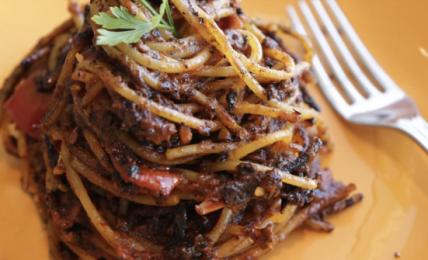 spaghetti-all'assassina,-il-piatto-che-fa-impazzire-i-pugliesi-e-montalbano.-la-ricetta-originale-e-il-trucco-per-farli-cosi-abbrustoliti