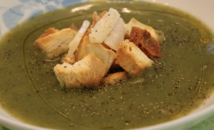 vellutata-di-spinaci-e-patate,-un-piatto-energetico,-gustoso-e-confortevole,-per-riscaldare-i-pranzi-d'inverno.