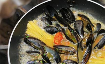 spaghetti-cozze-olive-e-capperi-dello-chef-peppe-guida:-un-piatto-divertente-sano-e-leggero