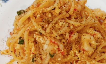 spaghetti-con-gamberoni,-crema-di-uovo-e-lime:-profumato-e-perfetto-per-la-domenica-di-primavera