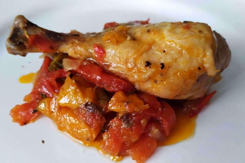 fusi-di-pollo-ai-peperoni,-una-pietanza-profumata-e-gustosa,-dalla-tradizione-romana.