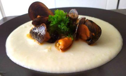 crema-di-patate-e-parmigiano,-con-cozze-al-pomodoro,-una-delizia-da-provare