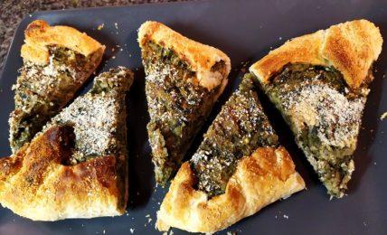 tortino-rustico-con-erbe-di-campo-e-patate,-per-i-primi-picnic-di-primavera