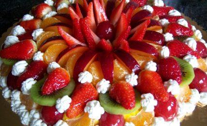 torta-di-frutta-fresca-fragole-e-panna:-il-dolce-di-primavera