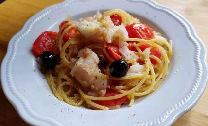 spaghettoni-con-merluzzo-e-pomodorini,-il-gustoso-piatto-di-mare-dell'ultimo-minuto