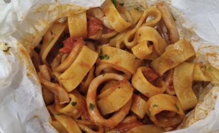 calamarata-al-cartoccio:-pochi-passaggi-per-un-piatto-unico-e-profumato