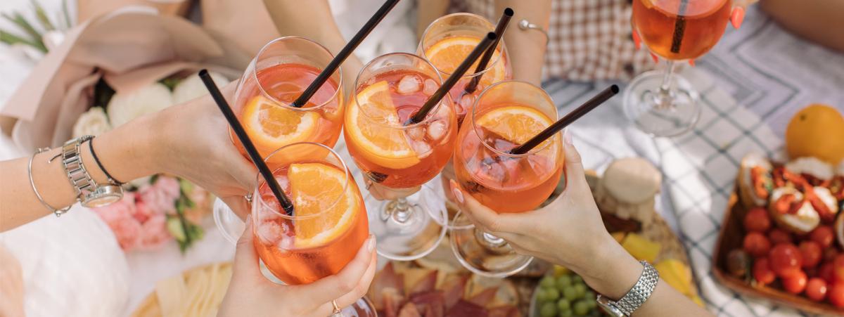 """da-ippocrate-alla-nascita-del-""""rito"""":-la-storia-e-le-tappe-dell'aperitivo-nei-secoli"""