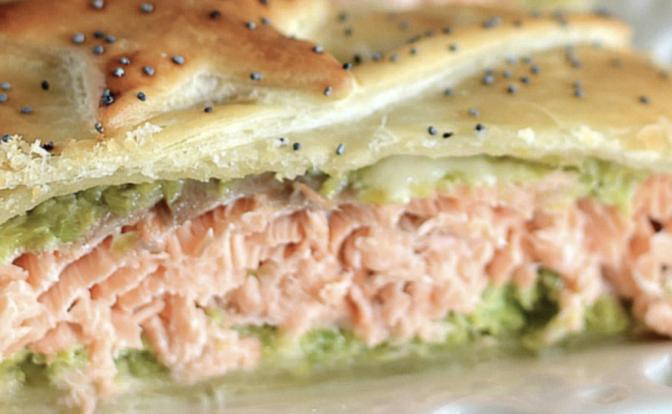 salmone-in-crosta-con-crema-di-zucchine:-ecco-il-segreto-per-farlo-succoso-e-tenerissimo-all'interno-la-ricetta-facile-e-veloce-della-tua-estate