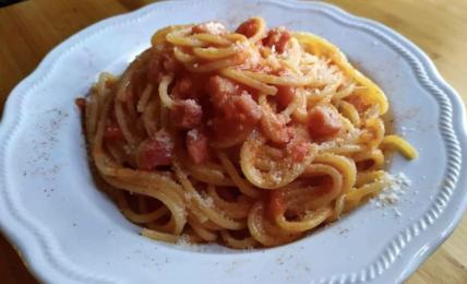 spaghetti-all'amatriciana-irriverenti,-con-cipolla-e-pancetta,-appetitosi-e-saporiti