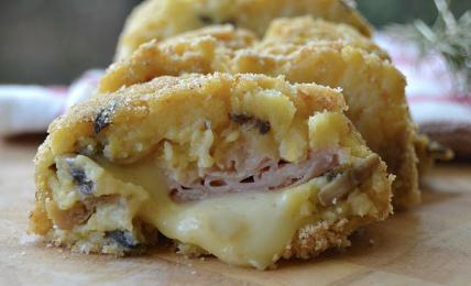 polpettone-di-patate-e-funghi-ripieno-di-prosciutto-e-provola:-la-ricetta-super-golosa-per-una-cena-veloce-da-leccarsi-i-baffi