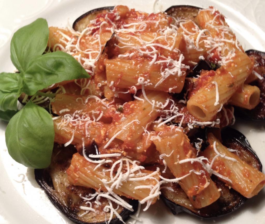 rigatoni-alla-norma,-la-ricetta-tipica-siciliana.-i-segreti-e-le-curiosita-di-un-piatto-tutto-profumato-e-gustoso