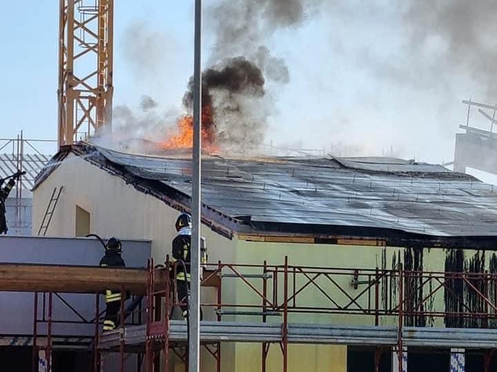 matera,-in-fiamme-il-tetto-della-scuola-bramante,-tempestivo-l'intervento-dei-vigili-del-fuoco