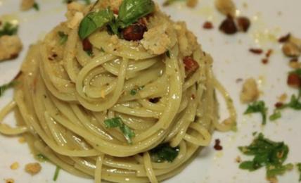 """spaghetti-aglio-e-olio-di-cannavacciuolo,-lo-chef-svela-il-trucco-per-farli-cremosi:-""""uso-questa-pomata-magica,-ecco-come"""""""