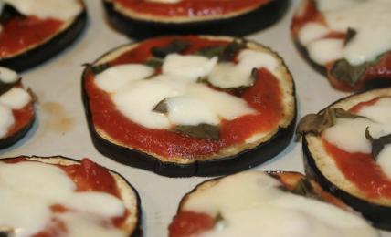 pizzette-di-melanzane-al-forno,-la-ricetta-ideale-dopo-una-giornata-in-spiaggia.-pronte-in-pochissimo-tempo