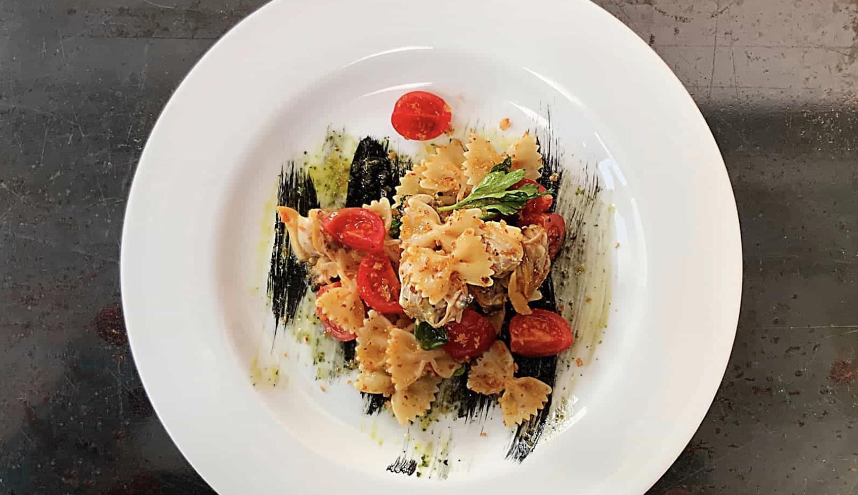 farfalle-con-insalata-di-vongole-veraci-e-salsa-verde-di-bruno-barbieri:-un-capolavoro-d'estate