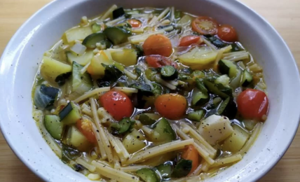 """minestra-estiva:-spaghetti-spezzati-e-tenerumi.-la-zuppa-depurativa-da-consumare-dopo-le-vacanze:-sana-e-""""perdipeso"""""""