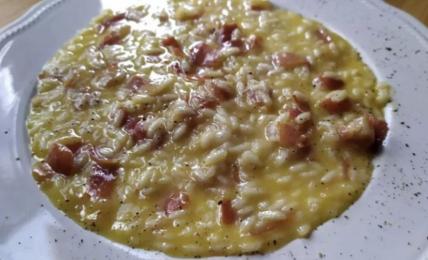 risotto-carbonara-e-speck,-cremoso-e-croccante:-ecco-quante-uova-per-renderlo-unico
