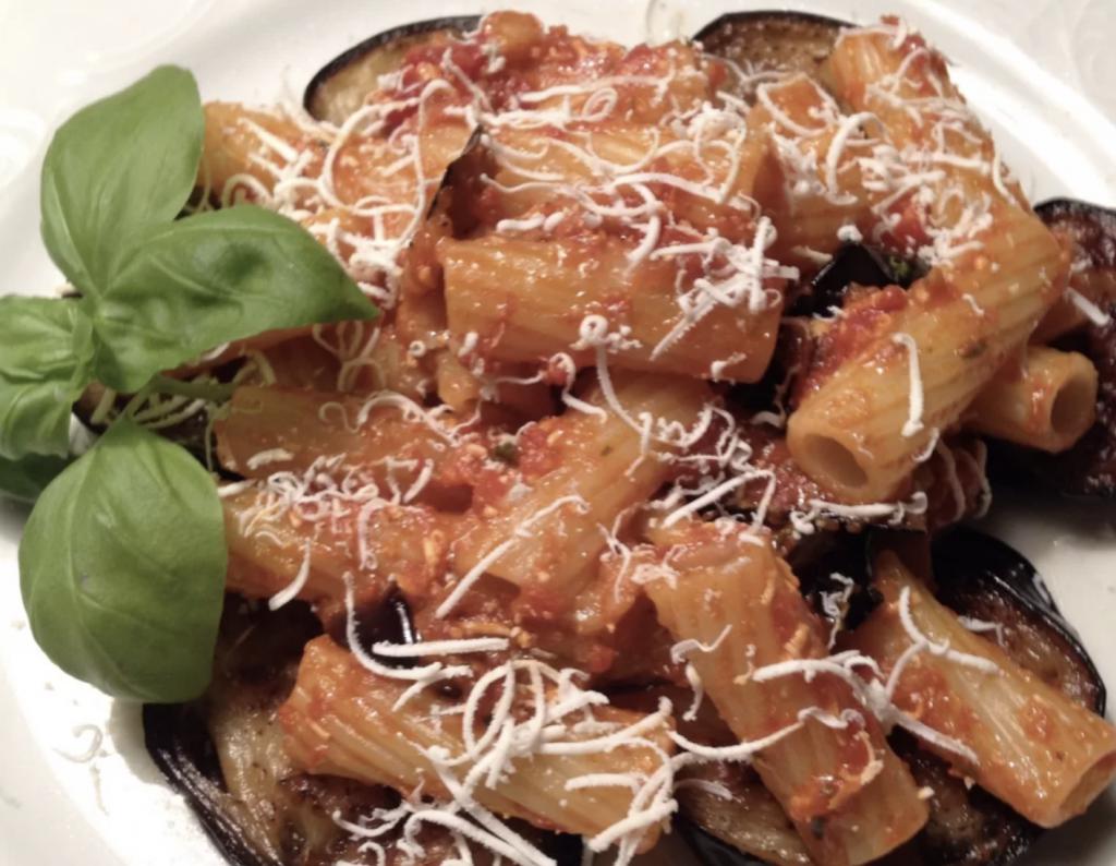 rigatoni-alla-norma,-la-ricetta-tipica-delle-nonne-siciliane.-per-rendere-piu-cremose-si-aggiunge-questo-ingrediente-alla-fine